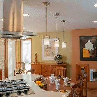 ポートランドの小さいアジアンスタイルのおしゃれなキッチン (アンダーカウンターシンク、フラットパネル扉のキャビネット、中間色木目調キャビネット、クオーツストーンカウンター、ベージュキッチンパネル、ガラスタイルのキッチンパネル、シルバーの調理設備) の写真