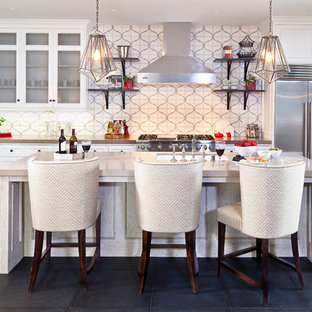 Große Mediterrane Küche in U-Form mit Küchengeräten aus Edelstahl, Quarzwerkstein-Arbeitsplatte, weißen Schränken, Schieferboden, Kücheninsel, bunter Rückwand, Unterbauwaschbecken, Kassettenfronten, Rückwand aus Zementfliesen und grauem Boden in Orange County