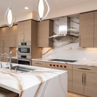 サンフランシスコの中くらいのコンテンポラリースタイルのおしゃれなキッチン (アンダーカウンターシンク、フラットパネル扉のキャビネット、茶色いキャビネット、クオーツストーンカウンター、マルチカラーのキッチンパネル、シルバーの調理設備、磁器タイルの床、茶色い床、マルチカラーのキッチンカウンター) の写真