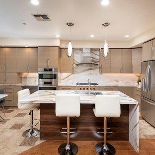 Inspiration för ett mellanstort funkis flerfärgad flerfärgat kök, med en undermonterad diskho, släta luckor, bruna skåp, bänkskiva i kvarts, flerfärgad stänkskydd, rostfria vitvaror, klinkergolv i porslin, en köksö och beiget golv