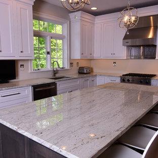Große Moderne Wohnküche in U-Form mit Unterbauwaschbecken, weißen Schränken, Granit-Arbeitsplatte, Küchenrückwand in Grau, Küchengeräten aus Edelstahl, Kücheninsel, Schrankfronten im Shaker-Stil und dunklem Holzboden in Philadelphia
