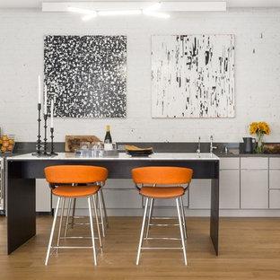 サンフランシスコのコンテンポラリースタイルのおしゃれなキッチン (アンダーカウンターシンク、フラットパネル扉のキャビネット、ベージュのキャビネット、白いキッチンパネル、レンガのキッチンパネル、淡色無垢フローリング) の写真