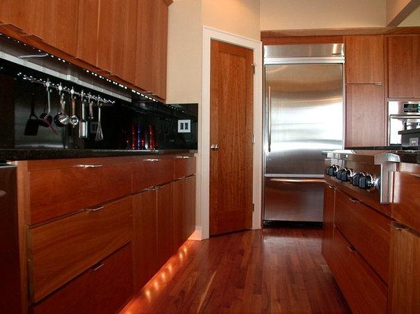 Modern Kitchen by Jerry Bussanmas