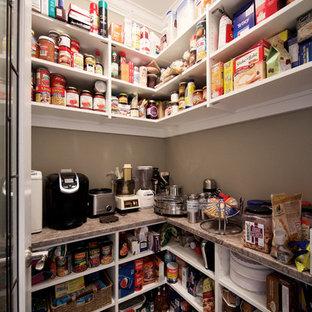 Modelo de cocina lineal, tradicional, de tamaño medio, con despensa, armarios abiertos, puertas de armario blancas, encimera de laminado, salpicadero blanco y suelo de baldosas de porcelana