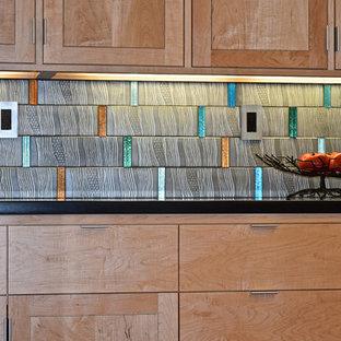 サンフランシスコの大きいモダンスタイルのおしゃれなキッチン (フラットパネル扉のキャビネット、中間色木目調キャビネット、アイランドなし、ドロップインシンク、御影石カウンター、グレーのキッチンパネル、セメントタイルのキッチンパネル、シルバーの調理設備、無垢フローリング) の写真