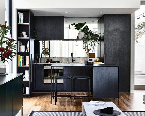 k chen mit r ckwand aus spiegelfliesen und edelstahl arbeitsplatte ideen design bilder houzz. Black Bedroom Furniture Sets. Home Design Ideas