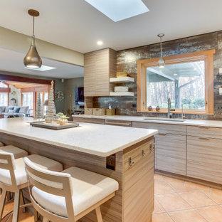 Inredning av ett modernt mellanstort vit vitt kök, med en enkel diskho, släta luckor, skåp i ljust trä, brunt stänkskydd, rostfria vitvaror, en köksö och orange golv