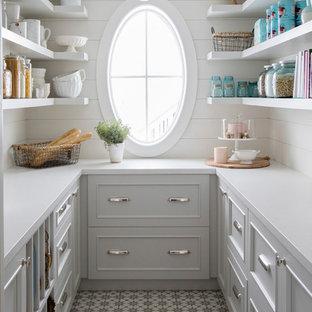 Foto di una cucina ad U stile marinaro con ante grigie, top in quarzo composito, paraspruzzi bianco, paraspruzzi in legno, pavimento in cementine, top bianco, ante con riquadro incassato e pavimento multicolore