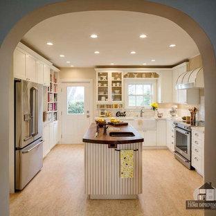 サクラメントの中サイズのカントリー風おしゃれなキッチン (エプロンフロントシンク、シェーカースタイル扉のキャビネット、白いキャビネット、クオーツストーンカウンター、黄色いキッチンパネル、セラミックタイルのキッチンパネル、リノリウムの床) の写真