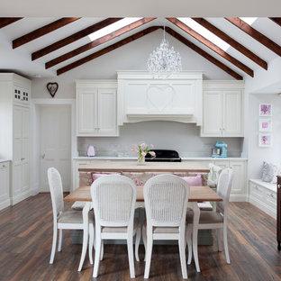 ダブリンの中サイズのシャビーシック調のおしゃれなL型キッチン (落し込みパネル扉のキャビネット、白いキャビネット、木材カウンター、濃色無垢フローリング、茶色い床、エプロンフロントシンク、ベージュのキッチンカウンター) の写真