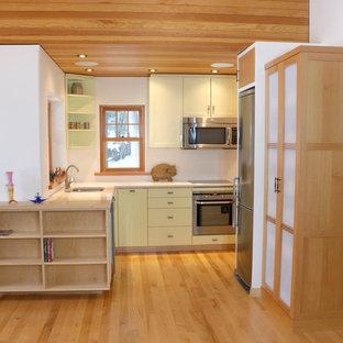 トロントのアジアンスタイルのおしゃれなLDK (アンダーカウンターシンク、シェーカースタイル扉のキャビネット、緑のキャビネット、クオーツストーンカウンター、白いキッチンパネル、シルバーの調理設備の、淡色無垢フローリング、アイランドなし) の写真