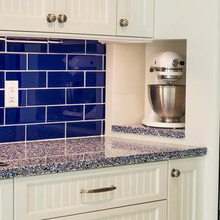 Esempio di una cucina minimal di medie dimensioni con lavello sottopiano, ante in stile shaker, ante bianche, top in vetro, paraspruzzi blu, paraspruzzi con piastrelle diamantate, elettrodomestici in acciaio inossidabile e pavimento in travertino