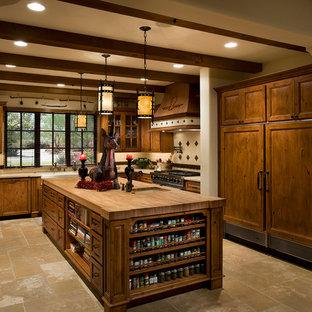 フェニックスの大きい地中海スタイルのおしゃれなキッチン (エプロンフロントシンク、落し込みパネル扉のキャビネット、中間色木目調キャビネット、マルチカラーのキッチンパネル、パネルと同色の調理設備、ライムストーンの床、ライムストーンの床、木材カウンター、ベージュの床) の写真