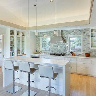 ハワイの中サイズのアジアンスタイルのおしゃれなキッチン (フラットパネル扉のキャビネット、白いキャビネット、マルチカラーのキッチンパネル、竹フローリング、茶色い床) の写真