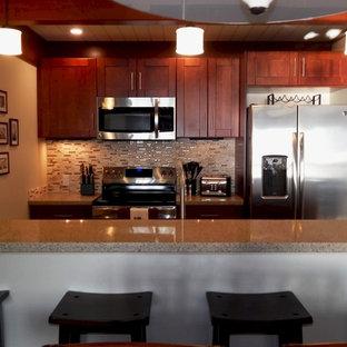 Inspiration för ett litet tropiskt kök, med en undermonterad diskho, skåp i shakerstil, skåp i mörkt trä, bänkskiva i kvarts, beige stänkskydd, stänkskydd i mosaik, rostfria vitvaror, klinkergolv i porslin och en halv köksö