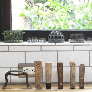 Inspiration för ett stort funkis kök, med vitt stänkskydd, stänkskydd i tunnelbanekakel, rostfria vitvaror, en köksö, en undermonterad diskho, släta luckor, marmorbänkskiva, ljust trägolv och lila skåp