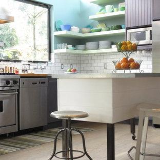Große Moderne Wohnküche in L-Form mit Küchenrückwand in Weiß, Rückwand aus Metrofliesen, Küchengeräten aus Edelstahl, Kücheninsel, flächenbündigen Schrankfronten, Unterbauwaschbecken, hellem Holzboden, lila Schränken und Marmor-Arbeitsplatte in San Francisco