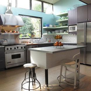 Große Moderne Wohnküche in L-Form mit Küchengeräten aus Edelstahl, flächenbündigen Schrankfronten, Marmor-Arbeitsplatte, Küchenrückwand in Weiß, Rückwand aus Metrofliesen, Unterbauwaschbecken, hellem Holzboden, Kücheninsel und lila Schränken in San Francisco