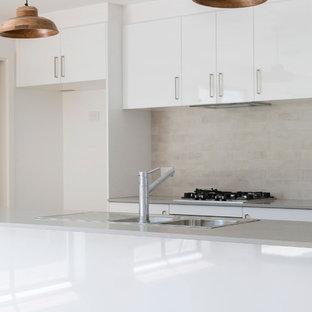 キャンベラの小さいトラディショナルスタイルのおしゃれなキッチン (ダブルシンク、フラットパネル扉のキャビネット、白いキャビネット、クオーツストーンカウンター、グレーのキッチンパネル、磁器タイルのキッチンパネル、シルバーの調理設備の、クッションフロア、茶色い床、グレーのキッチンカウンター) の写真