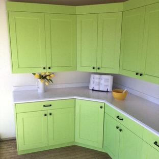 ミルウォーキーの小さいエクレクティックスタイルのおしゃれなキッチン (シェーカースタイル扉のキャビネット、緑のキャビネット、人工大理石カウンター、白いキッチンパネル、石スラブのキッチンパネル、無垢フローリング、アイランドなし) の写真