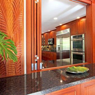 Tropenstil Küche mit Schrankfronten im Shaker-Stil, hellbraunen Holzschränken und Granit-Arbeitsplatte in Hawaii