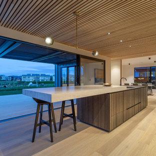 Zweizeilige, Große Moderne Wohnküche mit hellbraunen Holzschränken, Arbeitsplatte aus Fliesen und Kücheninsel in Auckland