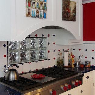 Создайте стильный интерьер: угловая кухня в стиле фьюжн с фасадами в стиле шейкер, белыми фасадами, разноцветным фартуком, фартуком из керамической плитки, техникой из нержавеющей стали, островом и синей столешницей - последний тренд