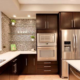フィラデルフィアのコンテンポラリースタイルのおしゃれなキッチン (モザイクタイルのキッチンパネル、シルバーの調理設備、茶色いキッチンパネル、フラットパネル扉のキャビネット、濃色木目調キャビネット) の写真