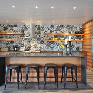 バンクーバーの中くらいのコンテンポラリースタイルのおしゃれなキッチン (アンダーカウンターシンク、フラットパネル扉のキャビネット、中間色木目調キャビネット、クオーツストーンカウンター、マルチカラーのキッチンパネル、セラミックタイルのキッチンパネル、シルバーの調理設備、クッションフロア、グレーの床) の写真