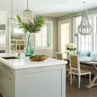 Пример оригинального дизайна: кухня в морском стиле с обеденным столом, фасадами в стиле шейкер, серыми фасадами и техникой из нержавеющей стали