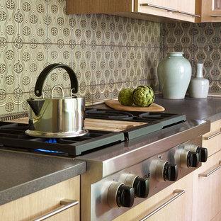 Idéer för att renovera ett mellanstort vintage kök, med en undermonterad diskho, släta luckor, skåp i ljust trä, marmorbänkskiva, grönt stänkskydd, stänkskydd i terrakottakakel, rostfria vitvaror, ljust trägolv och flera köksöar