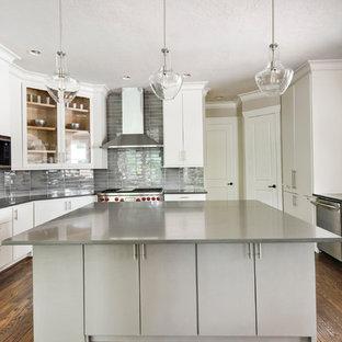 Пример оригинального дизайна: п-образная кухня в стиле современная классика с врезной раковиной, плоскими фасадами, белыми фасадами, серым фартуком, фартуком из стеклянной плитки, техникой из нержавеющей стали, темным паркетным полом, островом, коричневым полом и серой столешницей