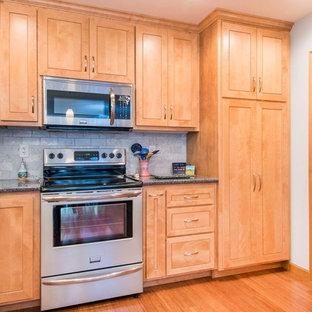 Idéer för ett avskilt, mellanstort klassiskt grå u-kök, med en dubbel diskho, skåp i shakerstil, skåp i ljust trä, granitbänkskiva, grått stänkskydd, stänkskydd i marmor, rostfria vitvaror, bambugolv, en halv köksö och brunt golv