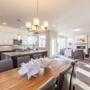 Große Moderne Wohnküche in L-Form mit Unterbauwaschbecken, flächenbündigen Schrankfronten, weißen Schränken, Arbeitsplatte aus Terrazzo, Küchenrückwand in Grau, Rückwand aus Glasfliesen, Küchengeräten aus Edelstahl, Vinylboden und Kücheninsel in Seattle