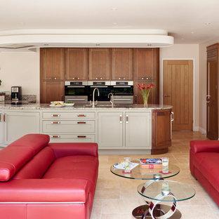 Diseño de cocina en L, contemporánea, grande, abierta, con armarios estilo shaker, encimera de granito y suelo de travertino