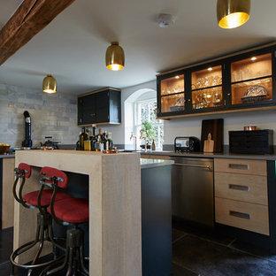 Esempio di una cucina contemporanea di medie dimensioni con lavello stile country, ante lisce, ante in legno chiaro, top in granito, paraspruzzi grigio, paraspruzzi in lastra di pietra, elettrodomestici colorati, pavimento in cementine, penisola, pavimento nero e top grigio
