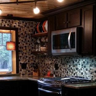 Exemple d'une cuisine américaine éclectique en U de taille moyenne avec un évier intégré, un placard à porte shaker, des portes de placard en bois sombre, un plan de travail en surface solide, une crédence marron, une crédence en mosaïque, un électroménager en acier inoxydable, une péninsule et un plan de travail vert.