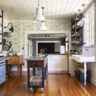 Idéer för att renovera ett eklektiskt kök och matrum, med en rustik diskho, vitt stänkskydd, stänkskydd i keramik, färgglada vitvaror och flera köksöar