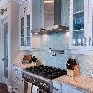 Geschlossene, Geräumige Tropische Küche in U-Form mit Granit-Arbeitsplatte und braunem Holzboden in Miami