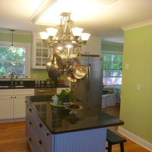 Craftsman kitchen ideas - Example of an arts and crafts kitchen design in Atlanta