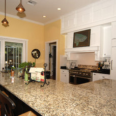 Tropical Kitchen by Javic Homes