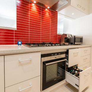 Moderne Küche mit flächenbündigen Schrankfronten, weißen Schränken und Küchenrückwand in Rot in Melbourne