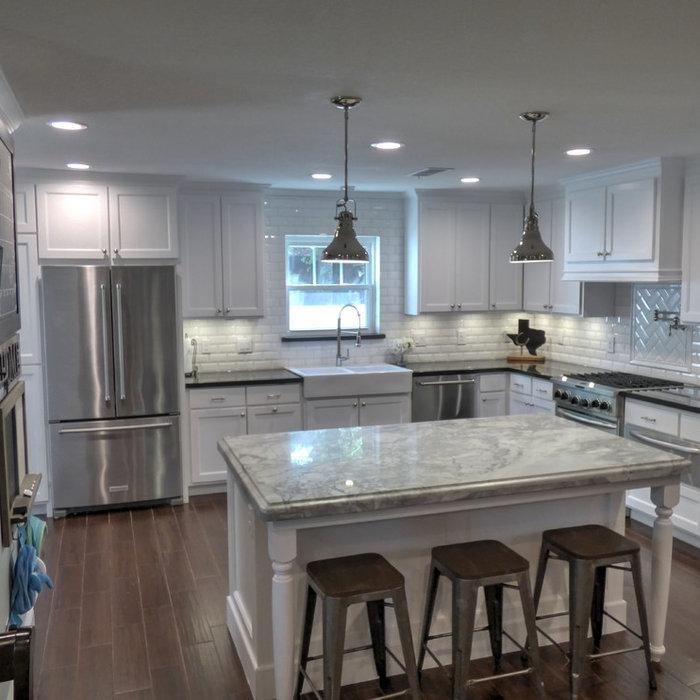 Kitchen - mid-sized craftsman kitchen idea in Houston