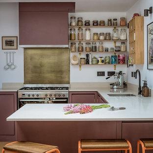 Foto de cocina en U, actual, pequeña, con armarios con paneles lisos, puertas de armario violetas, encimera de cuarzo compacto, suelo de corcho, fregadero bajoencimera, salpicadero metalizado, electrodomésticos de acero inoxidable, península y encimeras blancas