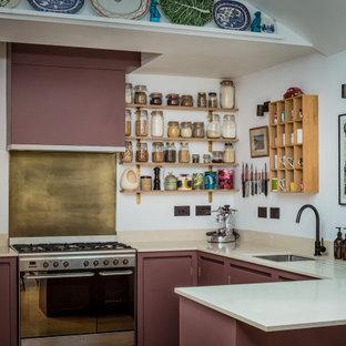 Foto på ett litet funkis kök, med en nedsänkt diskho, släta luckor, lila skåp, bänkskiva i kvarts, svarta vitvaror och korkgolv