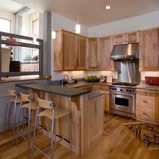 ソルトレイクシティの中サイズのインダストリアルスタイルのおしゃれなキッチン (シェーカースタイル扉のキャビネット、淡色木目調キャビネット、シルバーの調理設備の、無垢フローリング、アイランドなし、茶色い床、アンダーカウンターシンク、ソープストーンカウンター) の写真