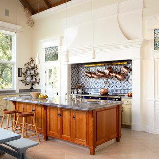 Esempio di un'ampia cucina classica con lavello a doppia vasca, ante con riquadro incassato, ante beige, top in marmo, paraspruzzi blu, paraspruzzi in lastra di pietra, elettrodomestici colorati e pavimento con piastrelle in ceramica