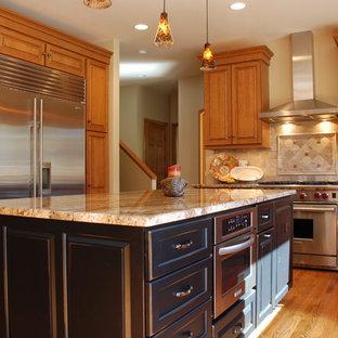 Idéer för ett klassiskt kök, med en undermonterad diskho, luckor med upphöjd panel, skåp i mellenmörkt trä, granitbänkskiva, rostfria vitvaror och en köksö