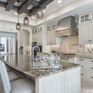 Inspiration för klassiska beige l-kök, med en rustik diskho, vita skåp, beige stänkskydd, rostfria vitvaror, en köksö och grått golv