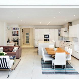 Foto di una cucina minimal con ante lisce, ante bianche e isola